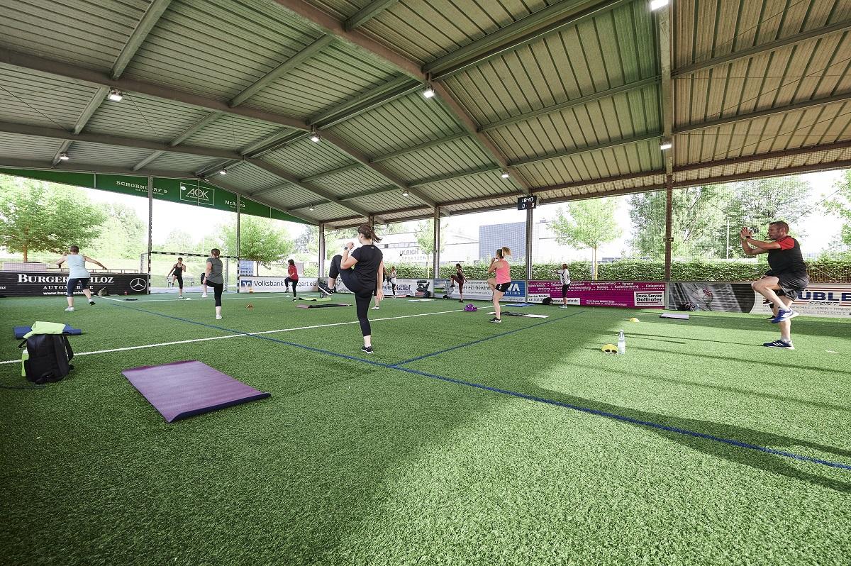 Freilufthalle als Outdoor Fitnessstudio und Kursfläche